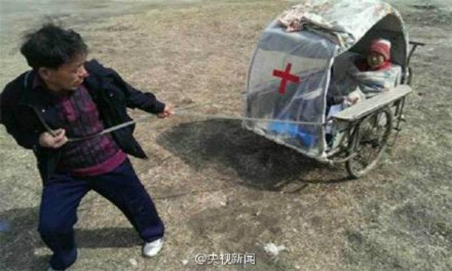 El yapımı ambulansla 10 yıldır karısını taşıyor