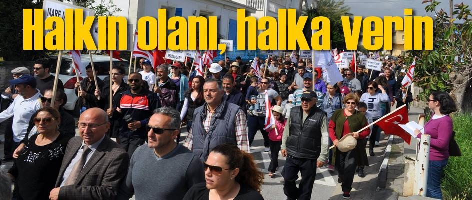 Alsancaklılar, Alsancak'ın sembölü Mare Monte plajının belediyeye devredilmesi talebiyle eylem yaptı.