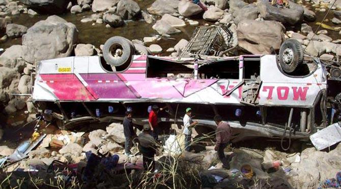 Peru'da otobüs uçuruma yuvarlandı: 21 ölü