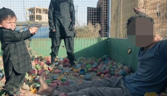 IŞİD yeni yeni yürümeye başlayan bebekle infaz videosu çekti