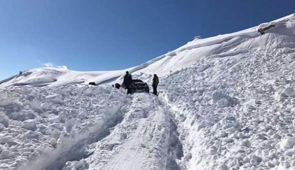 Kayak merkezi yoluna çığ düştü: Onlarca araç mahsur kaldı