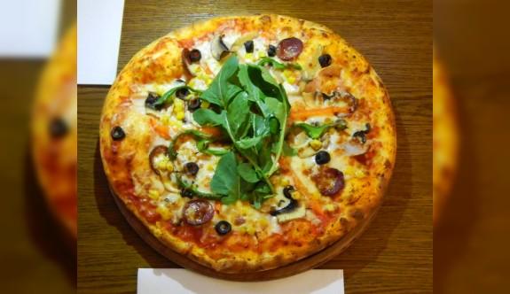 Şef Çetin Bayazid'in elinden Karışık Pizza