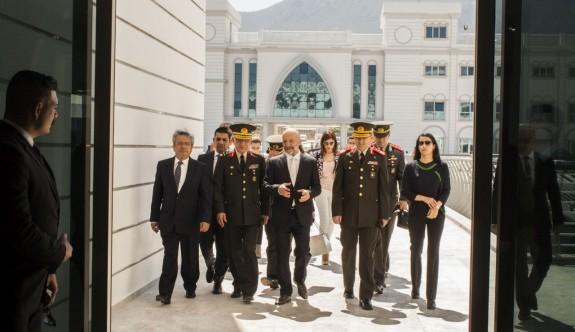 Komutanlardan Girne Üniversitesi Hastanesi'ne ziyaret