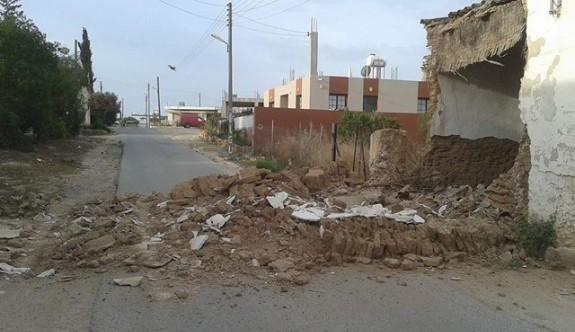Kerpiç ev yola yıkıldı