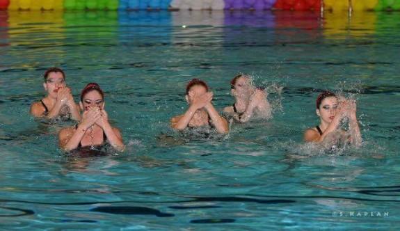 Su balerinlerinden büyülü gösteri