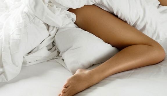 Diz arasına yastık koyarak uyumanın faydaları
