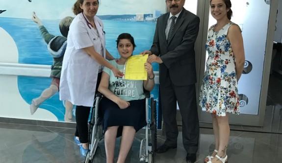 Onkoloji hastası öğrenciler karnelerini aldı