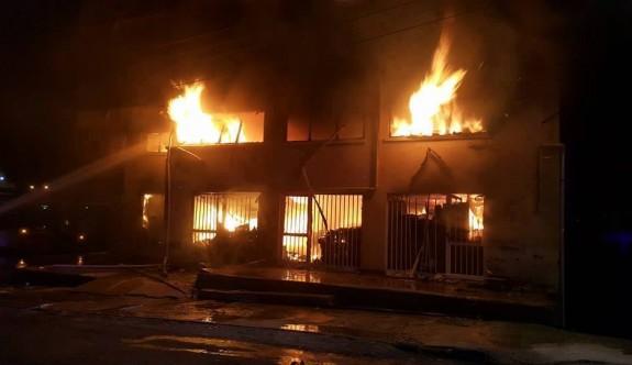 Oyuncak deposundaki yangın kontrol altına alındı