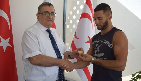 Şampiyon boksöre UFÜ'den ödül
