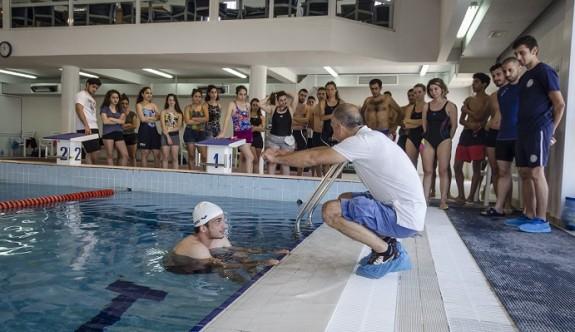 Yüzme antrenörlüğü kursu devam ediyor