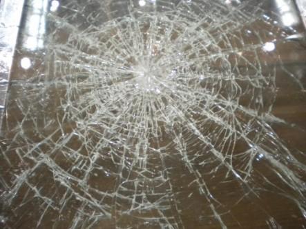 Cam patlaması sonucu bir kişi yaralandı