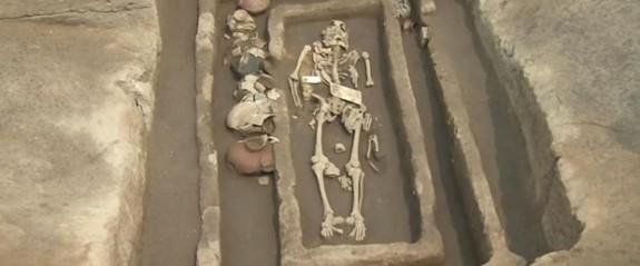 """Çin'de 5 bin yıllık """"dev insan"""" iskeletleri"""