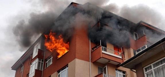 Lapta'da ev yandı