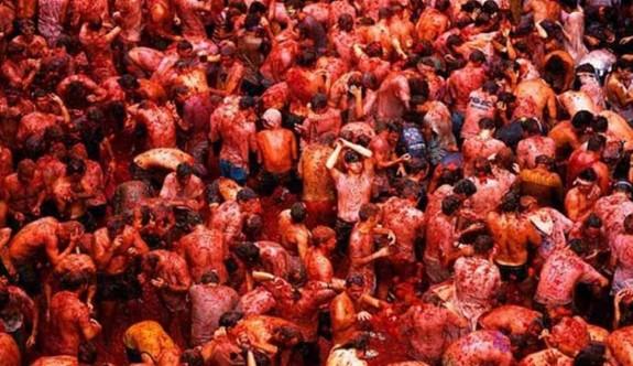 22 bin kişi, 160 ton domatesi birbirlerine fırlattı
