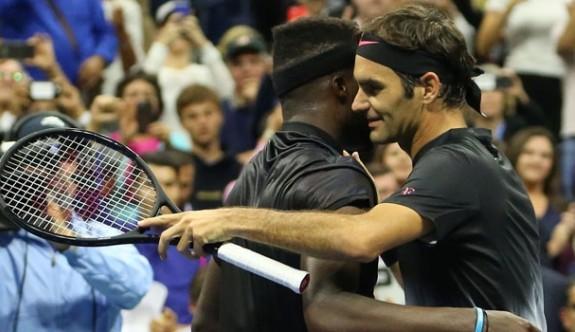 Federer zorlandı, Kerber elendi