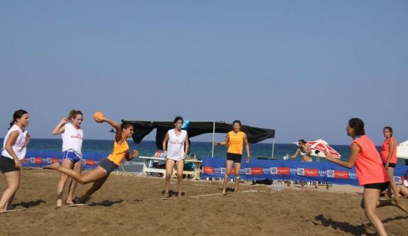 Plajda hentbol rüzgârı esti