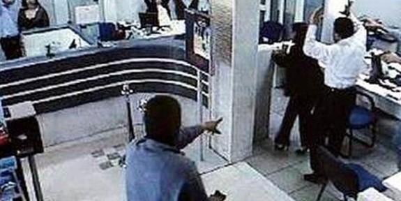 Silahlı soyguncular banka soydu