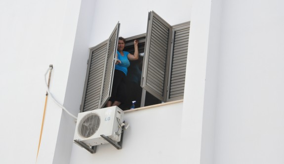 Temizlikçi kadın pencerede mahsur kaldı