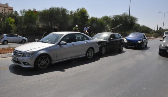 Üç araç birbirine girdi