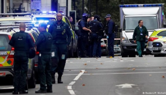 Londra'da bir otomobil halkın arasına daldı