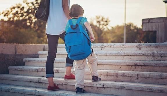 Aşırı korumacı anne-babalar çocuğa zarar veriyor