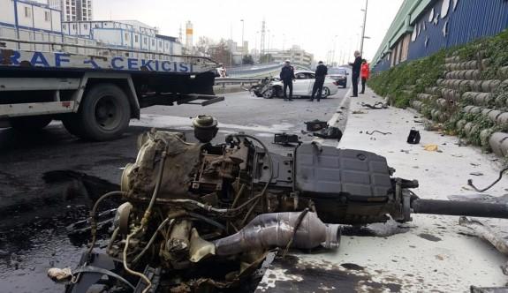 Kaza yapan lüks aracın motoru metrelerce uzağa fırladı