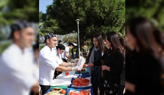 Kıbrıs köftesi LAÜ'lü öğrencilerin beğenisine sunuldu