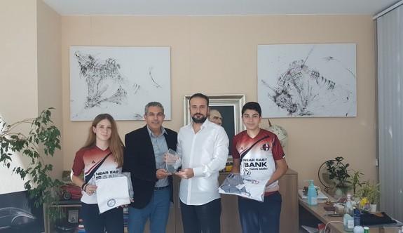 Badmintoncular Günsel'e teşekkür plaketi verdi