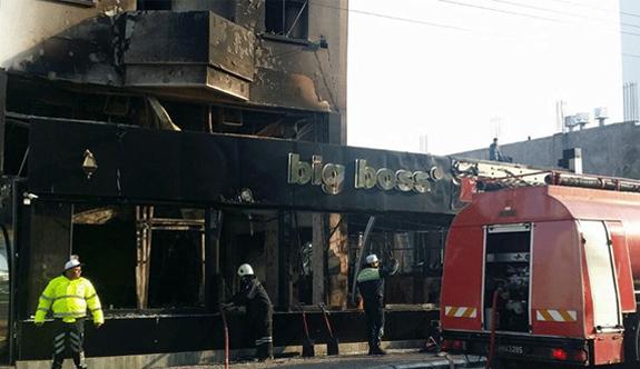 Kundaklanan barda bir kişi yanarak can verdi
