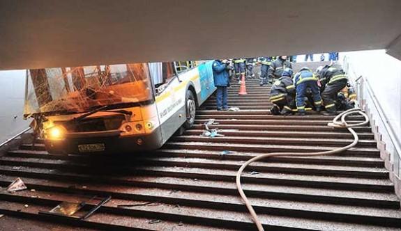 Moskova'da otobüs metro çıkışına girdi