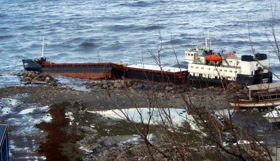 Fırtına gemiyi ikiye böldü