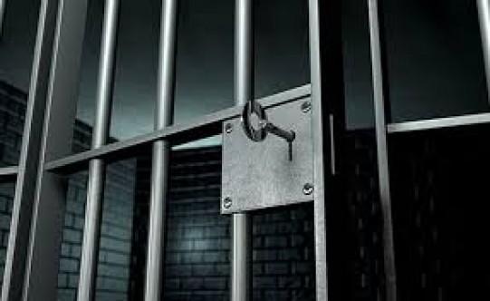Hücrelerine dönmeyi reddeden mahkumlar isyan başlattı