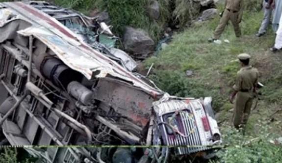 Hindistan'da yolcu otobüsü nehre uçtu: 13 ölü