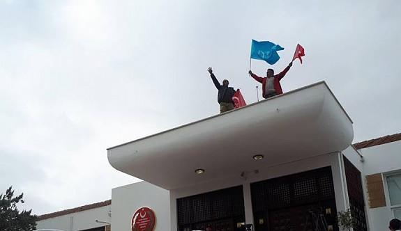Meclis çatısına çıkan eylemciler gözaltında