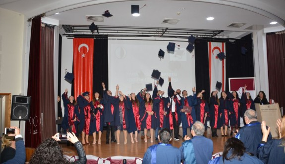 Mezunların diploma sevinci