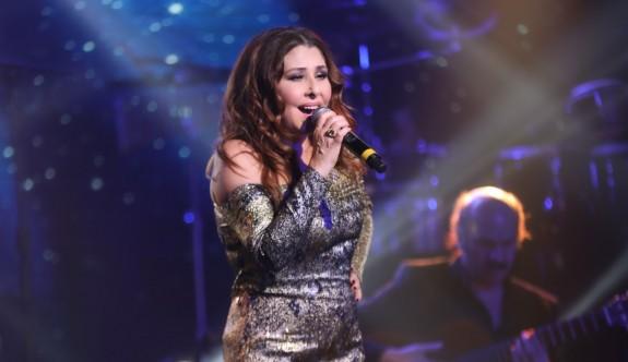 Nilüfer,  şarkılarıyla Kayahan'ı andı