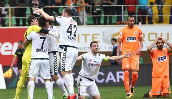 Atiker Konyaspor 10 kişi ile kazandı