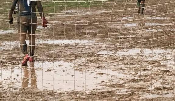 Balçık tarlasında futbola hakem izin vermedi