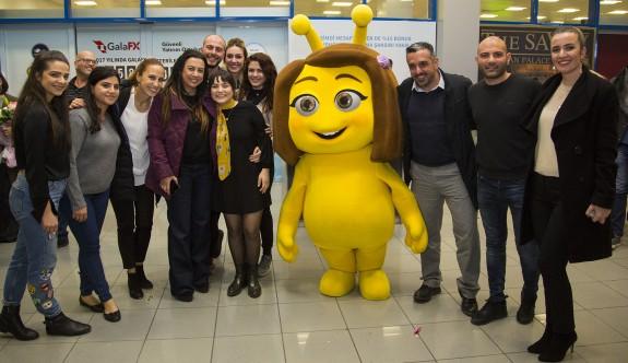 Lütfiye Özipek'e havaalanında coşkulu karşılama