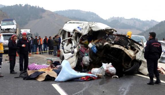 Minibüs, Kamyona Çarptı: 8 Ölü, 8 Yaralı