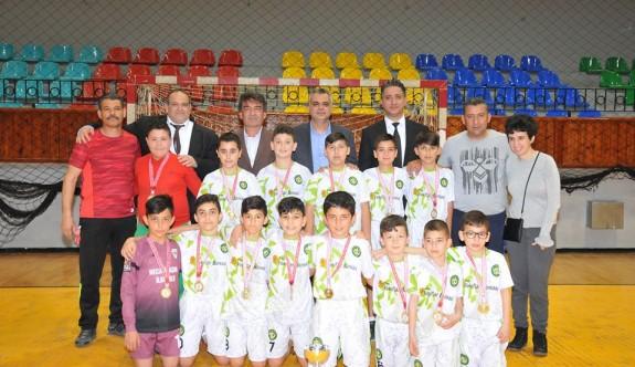Atatürk İlkokulu ve Necati Taşkın İlkokulu, şampiyon