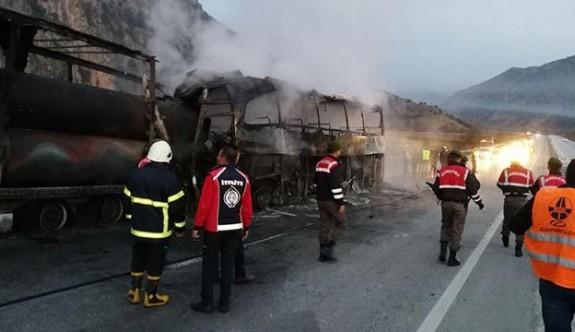 Çorum'da yolcu otobüsü park halindeki TIR'a çarptı