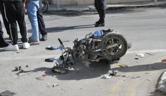Dikkatsiz sürücü motosikletliyi eziyordu