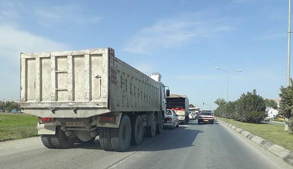 Kamyonların Girne'ye girişi durduruldu