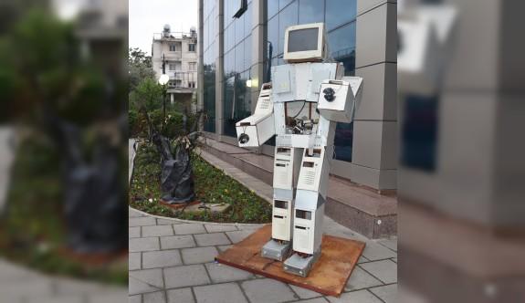 Atık malzemelerden yapılan heykeller LTB önünde sergileniyor