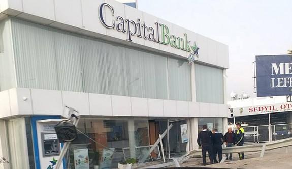 Bariyerleri devirerek bankaya girdi