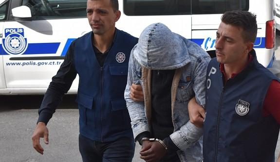 Dur ihtarına uymayarak polise çarpıp kaçtı