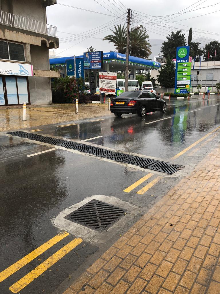 Girne'de Ecevit Caddesi yağmur suyu hattı yenilendi