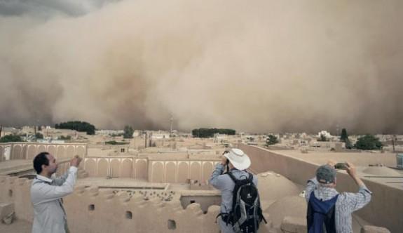 İran'daki kum fırtınası hayatı felç etti