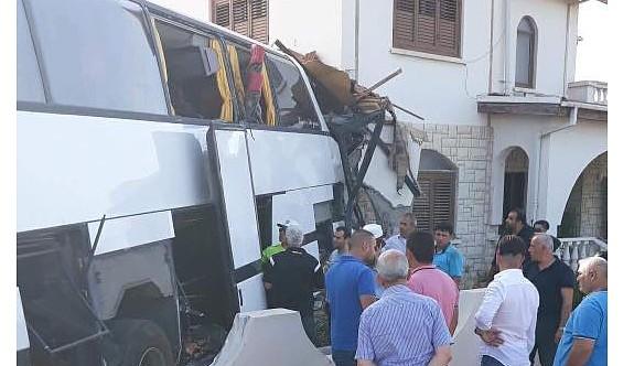 Otobüs şoförü otobüsle ev arasında sıkıştı